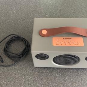 Audio Pro har forbedret deres prisvindende højttalermodel T3 for at levere end klarere og mere sofistikeret lyd med kraftig bas, så du kan mærke det helt ind i knoglerne. Takket være den fintunede DSP (Digital Signal Processor) og længere batteritid er denne bærbare Audio Pro Addon T3 Plus højttaler en fremragende enhed til trådløs musik med fokus på kvalitetslyd. Tag din musik med dig til grillfest eller i sommerhuset og par den med din smartphone, så du kan sætte din yndlingsmusik på. Du kan også bruge højttalerens batteri til at oplade din telefon.