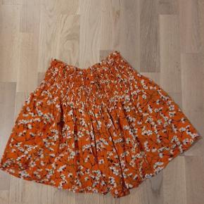 Sælger denne flotte nederdel med usynlige shorts. Den sælges blot, da jeg kiggede forkert på str.