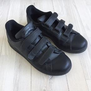 Så fede sorte Adidas Stan Smith med velcro. Næsten som nye. Passer en 38.   Søgeord: Adidas, Nike, New Balance, Acne, Balenciaga