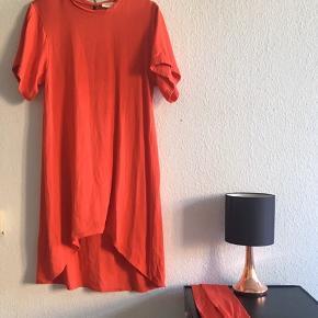 Smuk rød farve. Den falder elegant og tungt. Bæltet skal lige stryges.