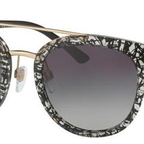 Flotte solbriller i sort og klar acetat med guld hardware. Originalt etui og brillen er i fin stand - ingen tegn på brug.  Jeg handler kun via mobilepay