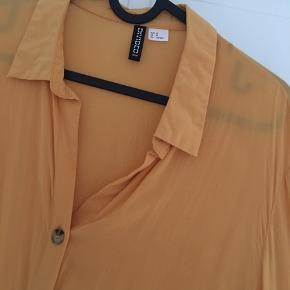 Skjorte med korte ærmer til albuerne.