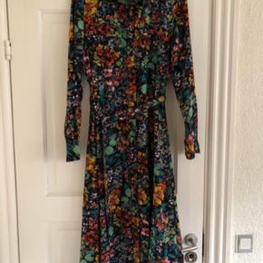 Blomstret kjole med knapper hele vejen ned foran, bondebælte, lange ærmer, 2 brystlommer og krave