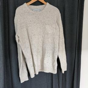 Varetype: Sweatshirt Farve: Oatmeal Oprindelig købspris: 550 kr.  Flot Quiksilver trøje. Den har kun været i brug 2-3 gange. Den er dejlig varm og har en smart brystlomme på venstre side.  Købt i marts 2018 over Zalandos hjemmeside. Den har ingen skader eller pletter, ser ud som ny.  Købt for 550 kr, og sælger den for 80 kr.   Materiale: 55% bomuld, 30% Acrylic, 15% Wool Størrelse: Xl Pasform: Normal Mærke: Quiksilve
