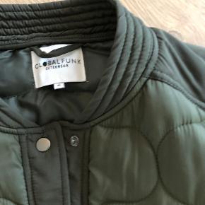 Super lækker jakke, 2-3 mrd gammel, kun brugt 2-3 gange og er aldrig vasket. Er komplet som ny. Salg eller bytte til str L