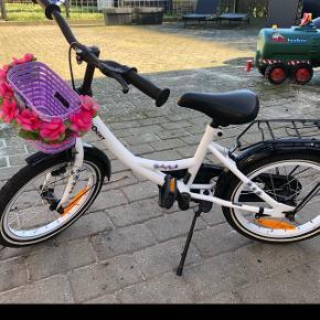 Børnecykel til 3-5 årige. Ingen gear. Plus fodbremse. Er i pæn stand.