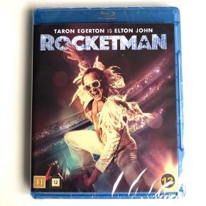 """""""Rocketman"""" (Blu-Ray). """"Hans musik inspirerer dig, hans liv vil overraske dig"""".  Filmen er en musikalsk hyldest til Elton Johns mest elskede sange. Se fortællingen om den generte dreng fra Londons forstæder, der blev et af de største ikoner inden for Rock & Roll. Den stjernebesatte, spektakulære og medrivende film er spækket med store musikalske optrædener og skiller sig ud fra alt, hvad du nogensinde har set 🕺🏼🎼🎤⚡️ OBS: Aldrig taget i brug - stadig plastic på.   Byd gerne kan både afhentes i Århus C eller sendes på købers regning 📮✉️"""