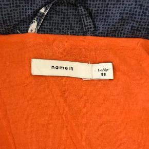 Varetype: Jakke Farve: Blå,Hvid,Orange  Fra røg/dyrefrit hjem, ingen huller/pletter/fnuller, aftagelig hætte, bomuld/polyester
