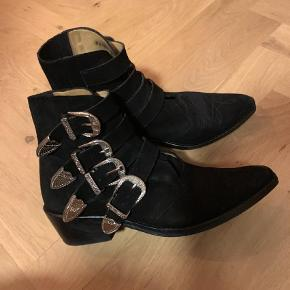 Varetype: Støvler Farve: Sort Oprindelig købspris: 3200 kr.  Brugt få gange