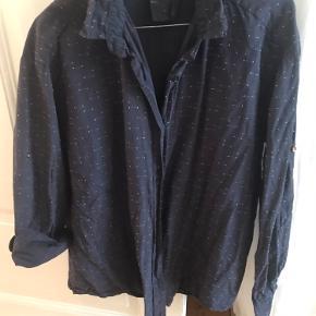 Lækker Aiayu skjorte i 100% økologisk bomuld. Har som ses på bilede fine detaljer i stoffet. Som ny!