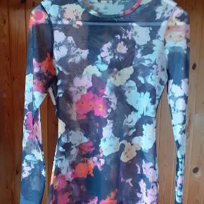 blomstret mesh trøje (den hvide sommerkjole sælges også) 👄 set på en XS, med højden 1.72