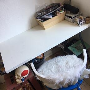 """Der er tale om et skrivebord bestående af to """"ben"""" som den ses på billedet men en hvid bordplade.  Mål:"""