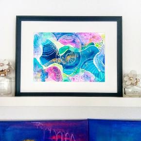 Original abstrakt maleri, malet på A4 yupo papir i sort ramme (40x30cm). Kan vendes både lodret og vandret. Maleriet er malet med akryl, alkohol ink og tegnet med posca tusser. Yupo papir er et syntetisk papir, med silkematte overflader, lavet af polypropylene. Papiret har en helt glat overflade og er syrefrit. Størrelse 24x30cm uden ramme