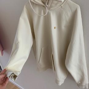 Fed hættetrøje en en lækker lysegul farve.  Der er et par meget svage pletter nederst (se billede 2)