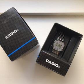 Lækkert Casio ur i sølv, kun brugt i en kort periode. Robust og vandtæt digitalt ur. ;) Har ingen større ridser eller skrammer
