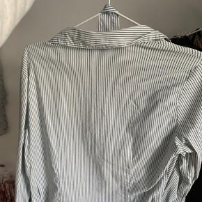 Vintage vero moda skjorte med bindebånd. Den fitter en str. s men der står XL i skjorten (har arvet den fra min mor)