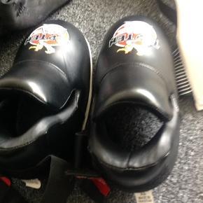 Kick boksning udstyr helt nyt fra toppen. Fodbeskyttere, ben beskyttere handsker og skridtbeskytter og et par ny top tenclassic bukser 150 cm i sort. Str er xs/s for udstyret. Som nyt