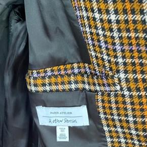 Figursyet frakke Længde: Lang under knæet/ midt på læg Lommer og indvendig lomme Ingen brugstegn