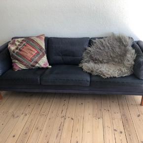 Gammel læder sofa i mørk blå farve.  Sofaen har den perfekte patina og er god at sidde i.   Afhentes på adressen.  Fra ikke ryger hjem.
