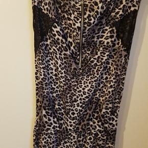 Den flotteste buksedragt i leopard print med flotte blonde detalje og bindebånd i taljen.