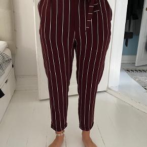 Sælger disse fine bukser fra Pull & Bear med binde bånd i taljen.  Aldrig brugt!  Måler ca. 95cm i længden og ca. 68cm i livvide - men med elastik :)
