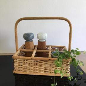 Fin lille bambus fletflaskeholder. Fin til krydderier i køkkenet eller fx hårprodukter på badeværelset. Pris 150,- kr.