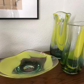 Dansk håndlavet glaskunst fra 90'erne. Sydals glaskunst i Sønderborg. Fad: 30 cm diameter. 100kr. Lille vase: 25-26 cm høj. 80kr. Stor vase: 30-31 cm høj. 100kr.