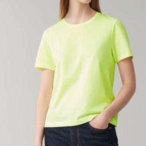 T-Shirt fra Cos i super flot gul-grøn farve. Aldrig brugt, stadig med prismærke.