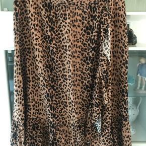 Varetype: Midi Farve: Leopard  Dejlig let nederdel til sommer i viscose så ikke noget man koger i.  Har den også i armygrøn tá begge for 175 incl