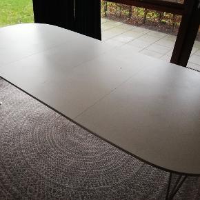 Stort spisebord med to tilhørende tillægsplader. Dug kan medfølge for 100 kr. Ekstra.