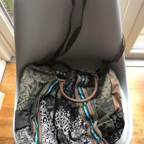 Brugt et par gange. Købt i spanien. Der er lidt tråde ved det ene håndtag. Stor og rummelig stoftaske.