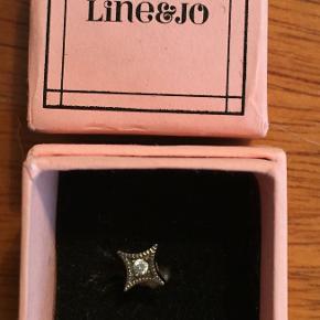 Miss Esty One grey diamond i silk matte sterling silver fra Line & Jo. Nypris 1000 kr. for en enkelt ørering (sælger også kun én).