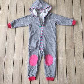 Super sød økologisk jumpsuit heldragt hyggedragtheldragt sweat suit str. 92 fra Freds World med frøen Fred på numsen.  Købspris: 349,95