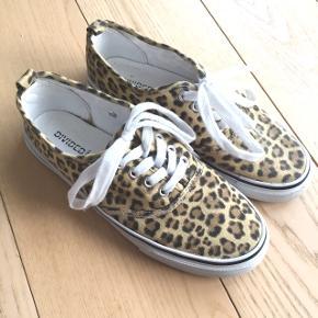 Fine sneakers med leopard mønster. Giv et bud!