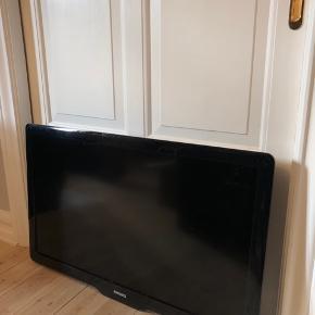"""Lækkert 42"""" fjernsyn med ophæng, så det kan monteres på væggen. Fjernsynet er nogle år gammelt, men fungerer perfekt. Der er nogle småskrammer hist og her, men ikke noget af betydning - der er en enkelt ridse på selve skærmen i det ene hjørne, men ikke noget, man lægger mærke til eller forstyrrer, når man ser tv 😊 Der medfølger selvfølgelig fjernbetjening. Nypris ca. 6000 kr. Giv et bud. Kan afhentes i Aarhus c, tæt på den gamle by 🌿"""