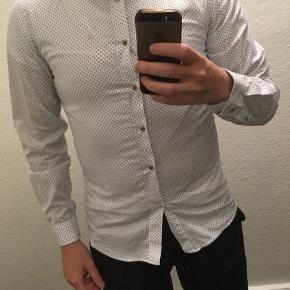 Bertoni skjorte - kun prøvet på. Sælges da den er en smule for lille til mig. Skriv ved interesse for flere af mine varer, så finder vi ud af en samlerabat.