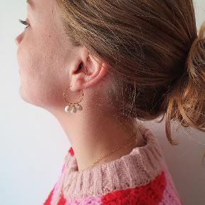 Perleøreringe i forgyldt sterlingsølv m. Hvid ferskvandsperle fra smykkewebshop decopop.dk. Jeg sælger også matchedene halskæde. Fåes også i sølv.  Købes fra ny. Gratis fragt.