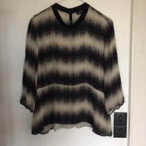 Lækker skjorte bluse i en skøn, blød 100 % Silke.  Angivet som str 42 Synes mere, det er str 38 - 40. Passer de fleste - også mig str 38