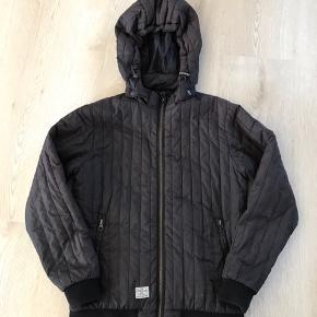 Sort jakke med aftagelig hætte, str. S (176), Hound, brugt men pæn. 10% af prisen går til Kræftens Bekæmpelse (Team Vejdik, Stafet For Livet) Se mere på mostermette.dk (IG843)