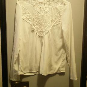Smuk hvid skjorte med flotte detaljer