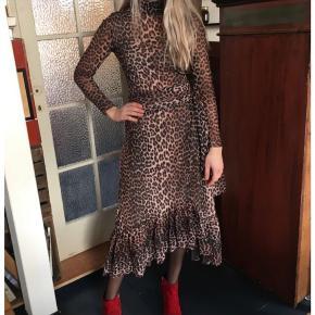 Super flot leopard nederdel fra Ganni. Så god som ny. Har lavet en lille bluse af lidt stofrester som passer til samt har nogle flotte røde støvler, der også sælges.  Sættet matcher billede 1 😊