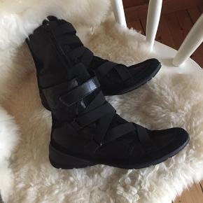 Minelli sorte læder støvler med ruskind Str: 39 Støvlerne er næsten som nye. Afhentes Kbh Sv eller sender med DAO.