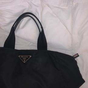 Sælger min Prada taske hvis rette bud kommer, brugt som skoletaske. Købte den for 2000 kr. Byd