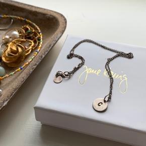 Jane kønig Love Tag i sølv med bogstav C 🌸 Brugt, hvilket også har sat sit præg, og sælges derfor billigt. Dog er det ikke noget man lægger så meget mærke til på Sælges blot da jeg er skiftet til guldsmykker