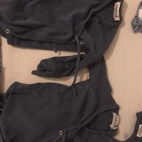 Super fin tøjpakke kun med marmar.  1 sparkedragt 2 huer/ hjelme 2 body 2 leggings 1 sweater 1 sweatpants Alt fra marmar i størrelse 56 - 62.