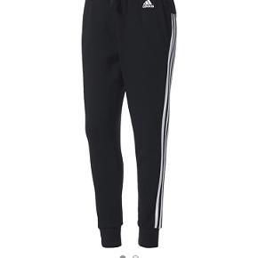 Adidas bukser, købt for 2 uger siden! Desværre er de for store til mig - de er derfor kun prøvet på. Passer bedst en Small / Medium🦋
