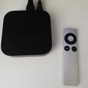 Varetype: Apple TV Størrelse: 10cm ca Farve: Black Prisen angivet er inklusiv forsendelse.  Sælger Apple tv, har brugt den et par gange, men der er intet defekt ved den, den virker som ny. Remote medfølger selvfølgelig.  Den skal bare væk hurtigst muligt, så bare skriv🙂