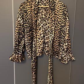 Ganni silke leopard top med binde bånd ved halsen Den er i stretch silke og har en løs fit og passer op til str m Der står str 34 i blusen
