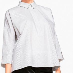 Ternet skjortebluse fra La Redoute Collections str. 48/50. med slids i ærmekant og i siden, længere bagpå.  Materiale: 99% bomuld, 1% elastan.  Aldrig brugt.  Nypris: 400 kr.  Plus porto.  Bytter ikke.