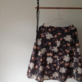 Skræddersyet sæt af nederdel og vest (det kan bruges som top). Er i sort glitter og blomstret stof med orange og råhvide blomster.  - billede af vest følger :)